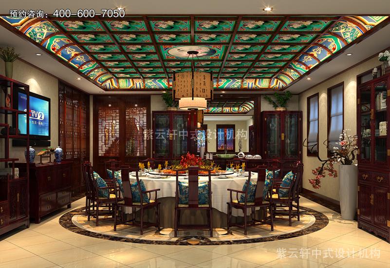 餐厅的设计华贵精致,顶棚木作纵横交错若棋盘状,彩雕画栋成朵朵白莲
