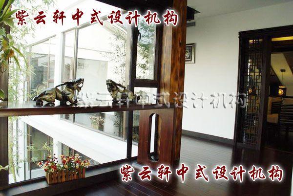 现代中式装修设计之楼梯角度:楼梯处玻璃窗扇中间设栏,陈列业主收藏多年的藏品,品位在其中