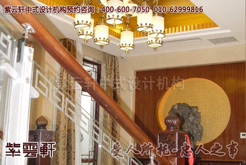 用传统的中式符号回纹点缀于楼梯扶手,垂花门的垂花也应用其中,镂空中还设计为檀香