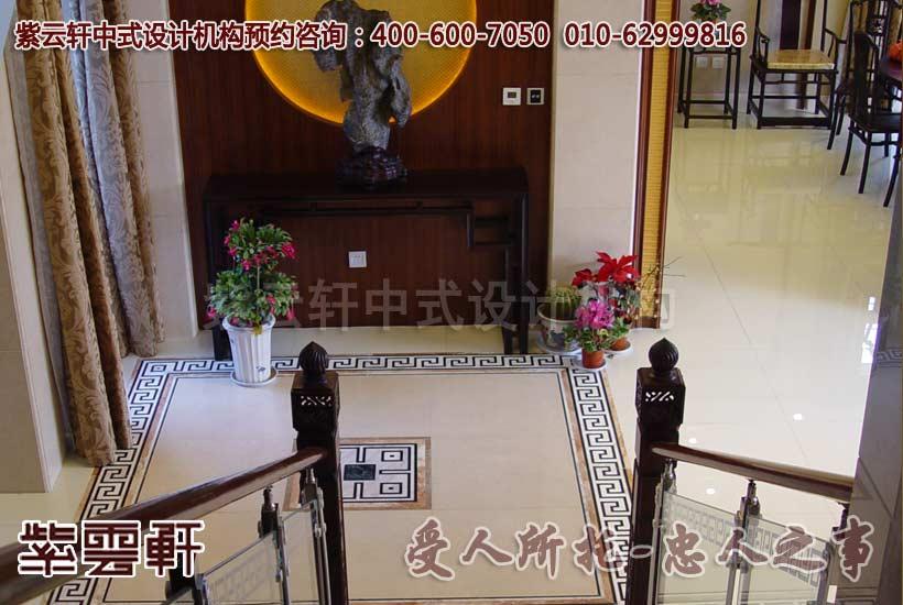 楼梯口的地面是用大理石水刀做的拼花与楼梯扶手相映衬