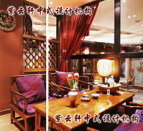茶馆中式装修-雅间:这间与情侣包房相连,窗外便是院子。桌上的宫灯在每间包房里都会出现,或坐或立,均是为了营造典雅的气氛。