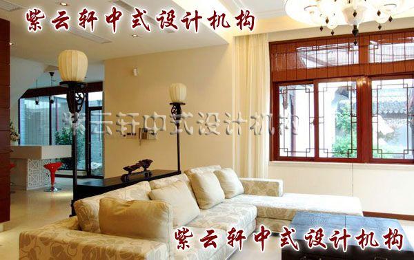 新中式客厅一角:厚重的宫灯染上了吧台的惬意,中式更时尚。