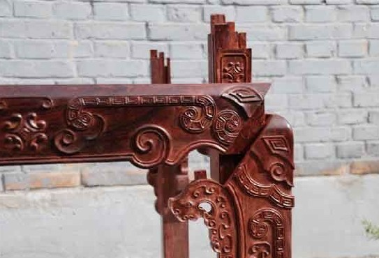 中式古典家具中拒绝铁钉是有相当的理由的。就拿简单的T形结构为例,如果简单地用铁钉组合在一起很难保证其结构的稳固性,很容易改变木枨之间的角度,而榫卯精确地插入式的结构就可以完全保障其牢固度,并且铁钉会不断的腐蚀、老化,对有万年牢之誉的中式家具完全不适合,如果应用,就是败笔。还有一点就是高端的硬木家具材质都很坚硬,如果用铁钉还易造成木材劈裂。 再者,由于木材断面纹理粗糙,颜色也深暗无光泽,而用榫卯接合将木材的断面完全隐藏起来,外露的都是花纹色泽优美的纵切面。随着气候湿度的变化,木板不免胀缩,特别是横向的胀