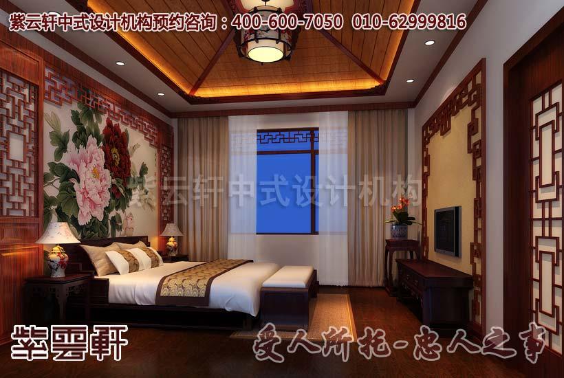 简约古典中式别墅卧室的设计装修在整体上来讲,主要的装饰元素就体现在墙面与空间布置上。床头的墙面用木框架,对称均匀的木雕做成镶边。背景用白色或是浅黄等淡雅的色泽,而主要的花饰用牡丹或者芙蓉有一定的象征性的名花作为背景画,充满了中国情韵。一边是通往阳台的落地窗,木框架玻璃门,坠地白纱的窗帘,典雅高贵幽然宁静。休憩之所的植物摆放十分讲究,选择的时候要用心一些,因为关乎到我们的健康,以宁神助眠的为佳,空间的设置不宜过于繁缛,像设计效果图中一般得体就好。