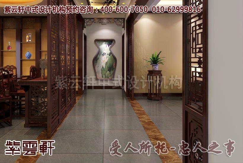 木雕镂空的框架将客厅与走廊过道有所隔离,两旁摆着花几和盆