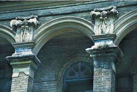 场地设计方面,中国古代建筑一般都将建筑