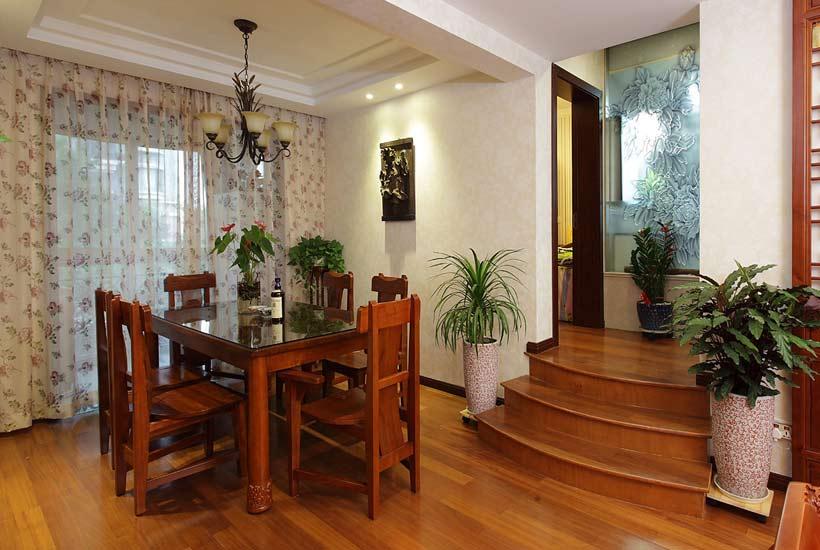1、隔离外界,保护私隐   中式家居装修设计中,不同的室内区域,对于私隐的关注程度又有不同的标准。客厅这类家庭成员公共活动区域,对于私隐的要求较低,大部分中式客厅装修设计都是把窗帘拉开,起到一种装饰搭配的作用,可选择较轻柔透明的窗帘来装饰中式生活。而