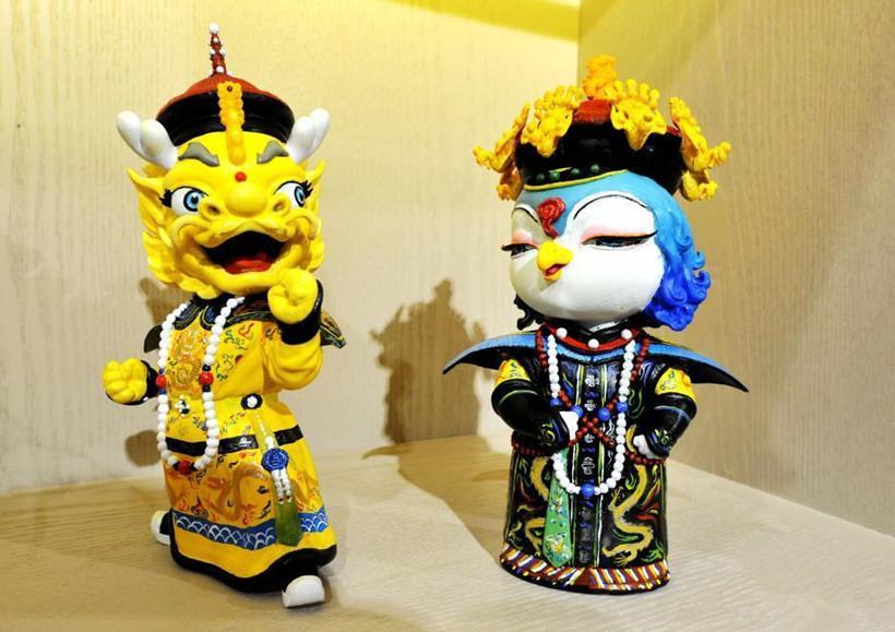 故宫首度推出了身着清朝服饰的龙凤吉祥物