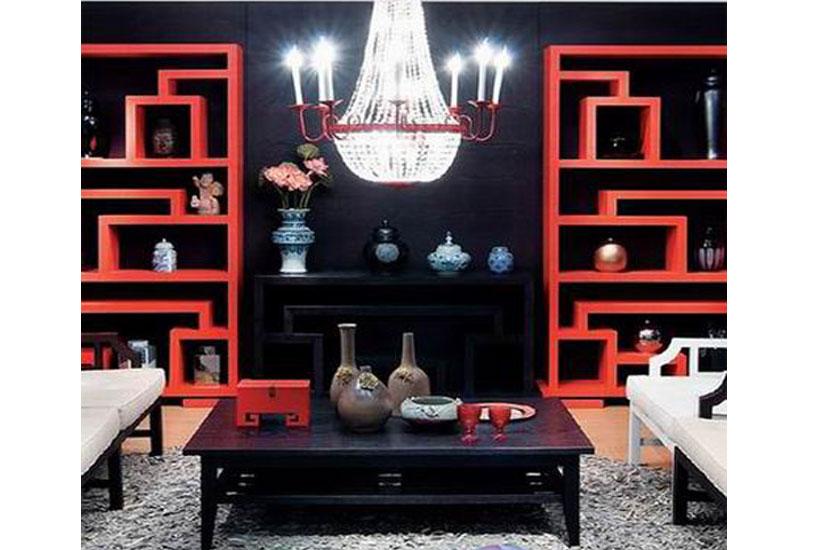 墙面上映衬着两个红色格纹多宝格,中间是两排白色的沙发和木高清图片