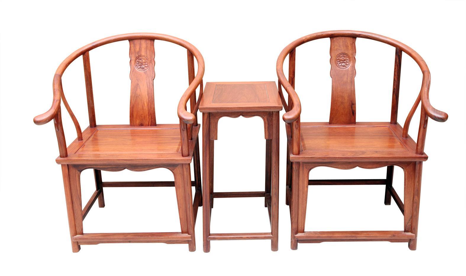 """圈椅的靠背板做成了""""S""""型   另外,圈椅与周围的环境极易协调统一,用一句时髦的话讲就是她乃""""百搭""""品。一对圈椅、一只茶几,无论置于田园风格抑或是安于欧式风情,都不会让人有突兀之感,反倒会提升周围环境的氛围与格调。这体现了兼容与包容的儒家思想。孔子说君子处事要外圆内方。""""外圆""""是不与外面的环境起冲突,不格格不入。""""内方""""是要有自己的操守与原则,不随波逐流。光武帝刘秀曾经被人们说成是""""遇小敌怯,"""