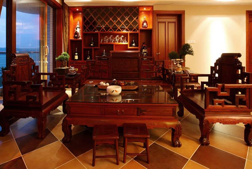 中式元素:木格门窗、红木家具   这款卧室装修中,木质材质的运用,中式元素的细化展现,格调的纯粹精致,尽显其间,感官精致儒雅,别有一番情境。方桌、太师椅、衣橱和棕色的木地板,一切中的一切都浸透温润与时尚。