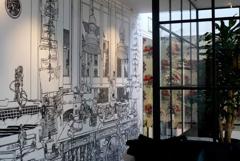 墙画也可以根据特殊的空间和位置有针对性来绘画,比如阳光房可以在局部绘制以太阳、花鸟为主题的画,让家回归自然,让主人放松心情享受生活;儿童房可以绘制卡通图案,像美丽的白雪公主和七个小矮人、俏皮的维尼熊和它的朋友们、聪明的米奇和米妮,给孩子绘一个童话世界,让他们在房间内自由遐想;在楼梯间还可以画上妖娆的藤蔓,电视的背景墙画上抽像的图案等等。另外,在开关座、空调管等角落不适合摆放家具或者装饰品的时候,就可以用墙绘来丰富,精致的花朵、自然的树叶,往往能带来意想不到的效果。   绘画艺术与家居装饰的交融,设计