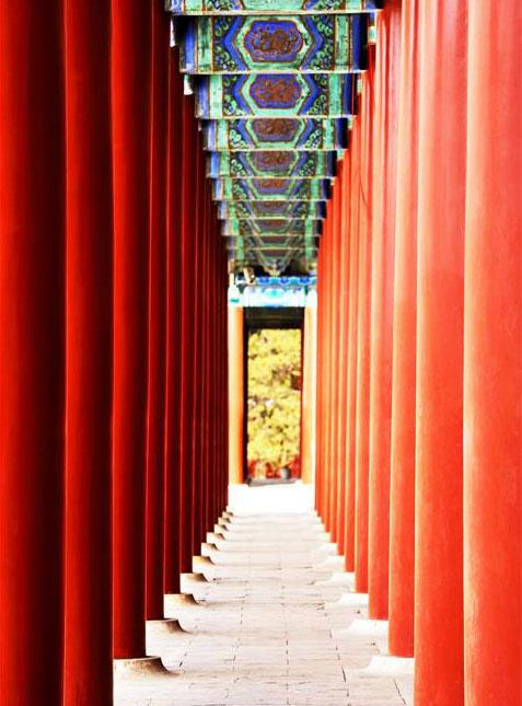 中式设计风格古典宅园,篱落疏疏,庭院深深,院舍之间往往有回廊