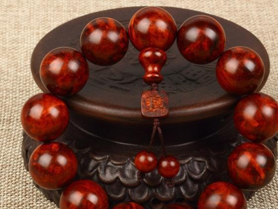 详解紫檀手串佩戴的相关禁忌和盘玩方法